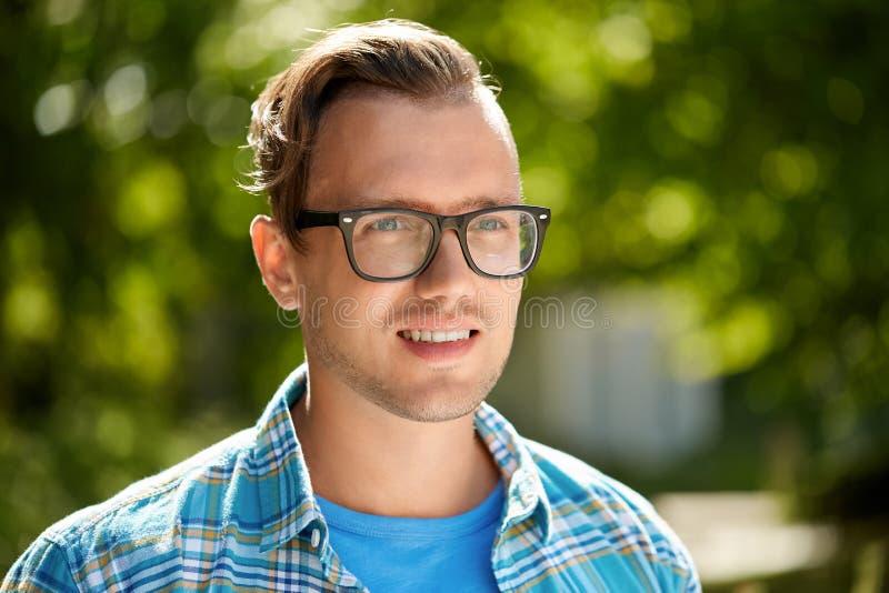 St?ende av den unga mannen i exponeringsglas som ?r utomhus- i sommar royaltyfria bilder