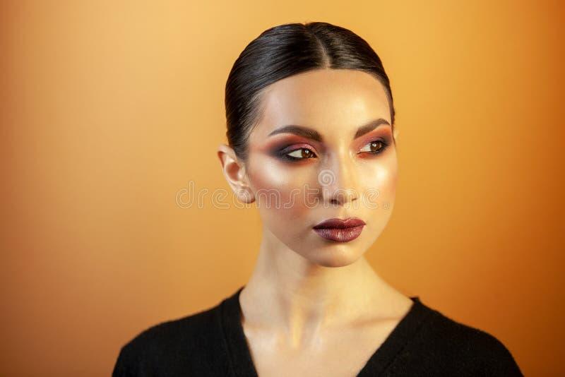 St?ende av en flicka av det europeiska asiatiska utseendet med makeup arkivbilder