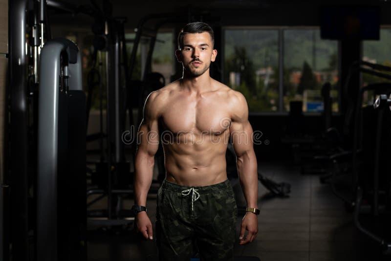 St?ende av en fysiskt f?rdig muskul?s ung man royaltyfri foto