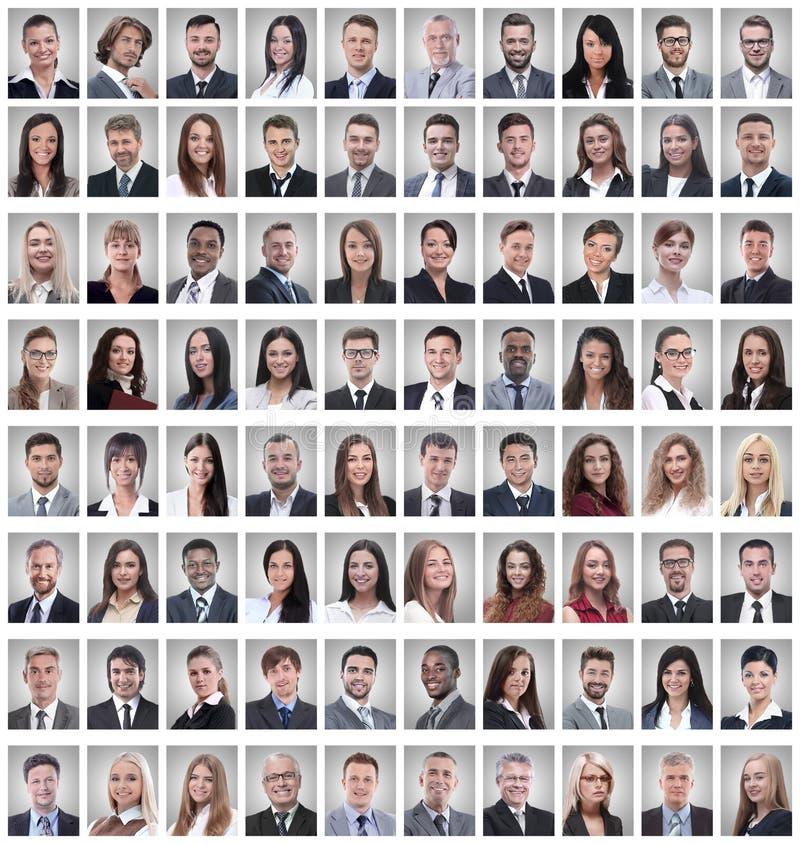 St?ende av en grupp av lyckade anst?llda som isoleras p? vit royaltyfria foton