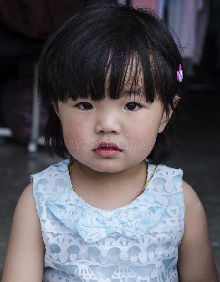 St?ende av ett flickabarn arkivfoto