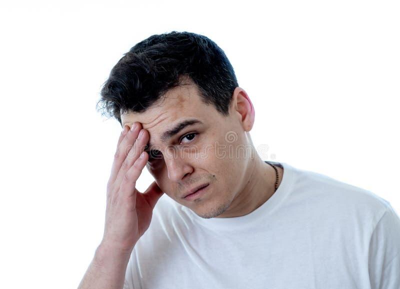 St?ende av ledsen och desperat stilig mank?nsla som ?r deprimerad i ansiktsuttryck och f?rdjupning arkivfoto