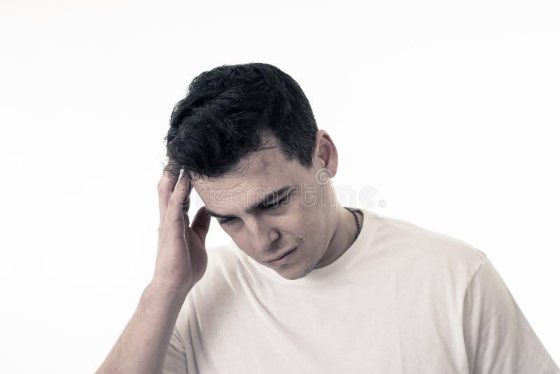 St?ende av ledsen och desperat stilig mank?nsla som ?r deprimerad i ansiktsuttryck och f?rdjupning arkivbilder