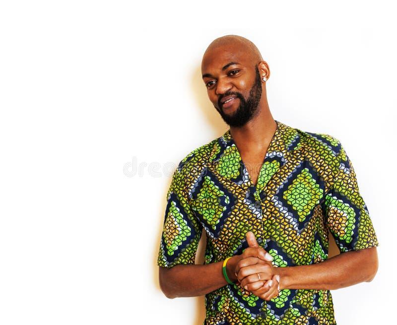 St?ende av ungt stiligt afrikanskt b?ra f?r man som ?r ljust - gr?n nationell dr?kt som ler att g?ra en gest, underh?llningmateri royaltyfria bilder
