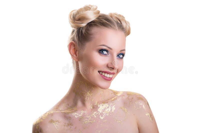 St?ende f?r sk?nhetkvinnaframsida H?rlig brunnsortmodellflicka med perfekt ny ren hud Blond kvinnlig seende kamera och le royaltyfria foton