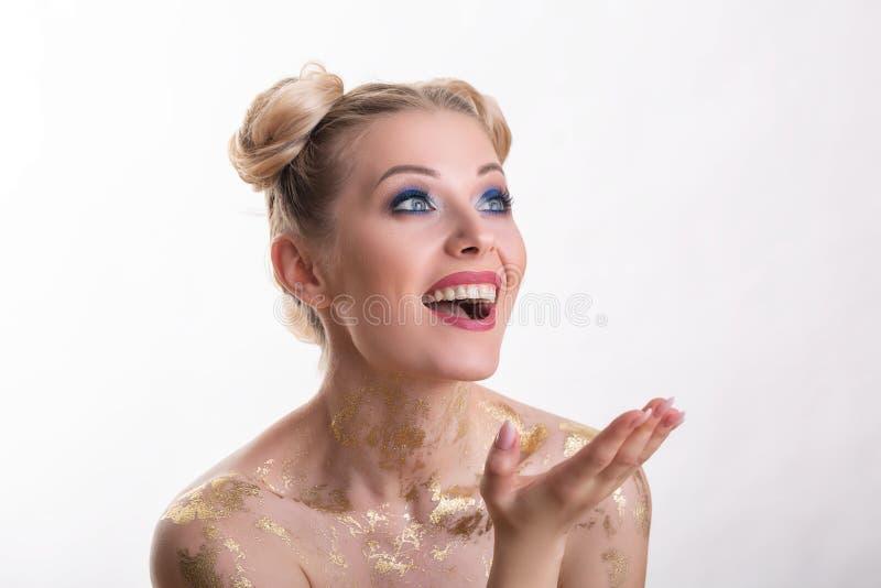 St?ende f?r sk?nhetkvinnaframsida H?rlig brunnsortmodellflicka med perfekt ny ren hud Blond kvinnlig seende kamera och le royaltyfri foto