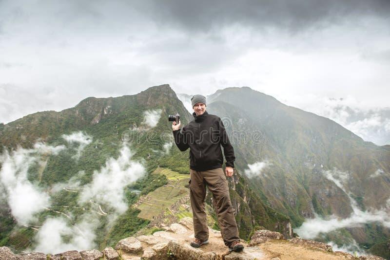 St?ende man som tar bilder av Machu Picchu arkivfoto
