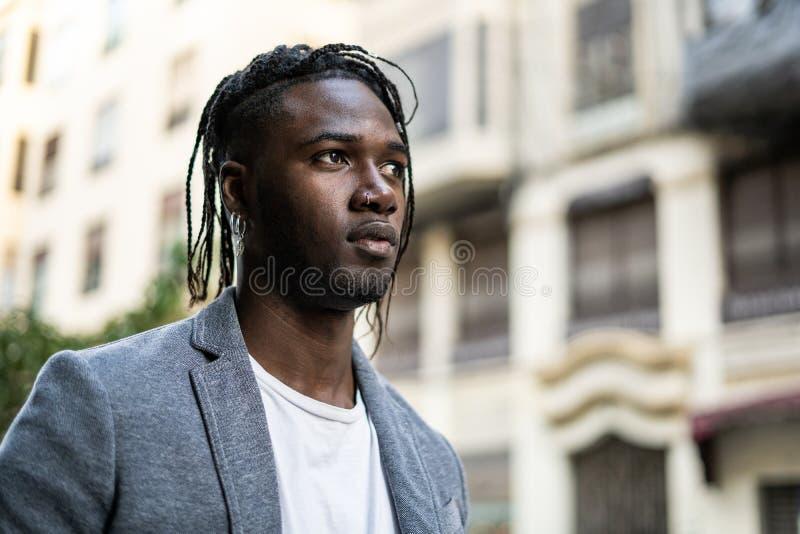 St?endeGuy African American attraktiv profil i gatan Foto med kopieringsutrymme arkivbilder
