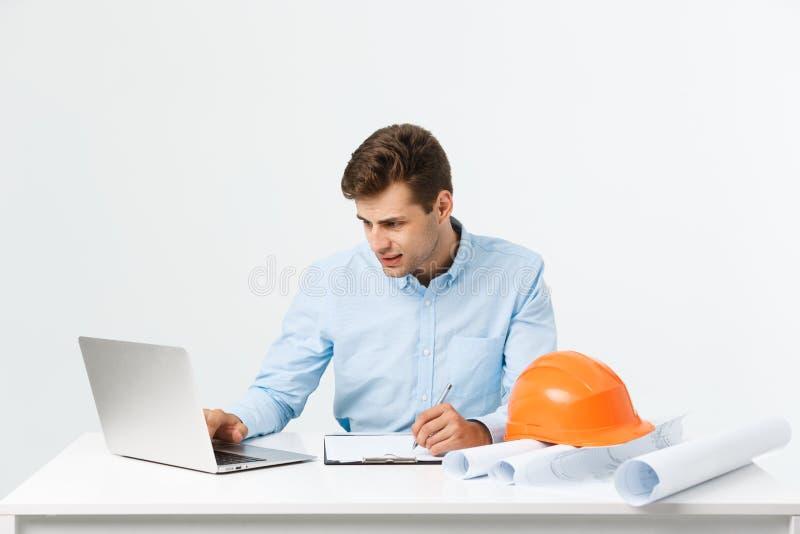 St?enden av den f?rvirrade manliga formgivaren eller arkitekten, k?nner sig stressad och att vara nerv?s, uppeh?llehanden p? huvu royaltyfria bilder