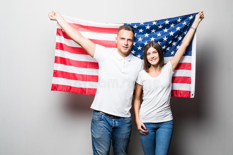 St?enden av ett ungt lyckligt par p? bakgrunden av USA sjunker 4th juli arkivbilder