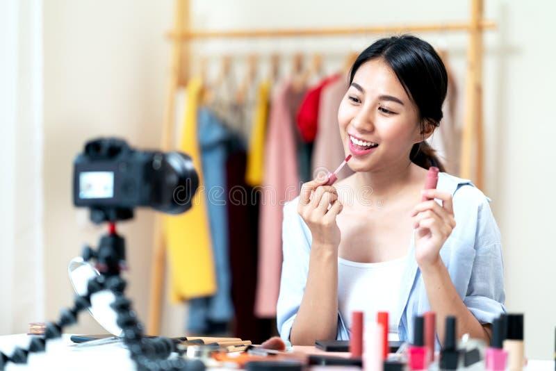St?enden eller headshoten av attraktiv ung asiatisk influencer, sk?nhetbloggeren, den n?jda skaparen eller vloggerflickagransknin arkivbilder