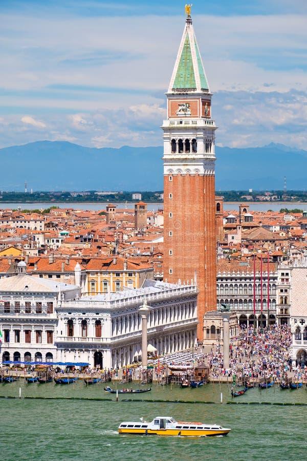 St-fläckfyrkant och Campanile på en härlig sommardag i Venedig royaltyfria bilder
