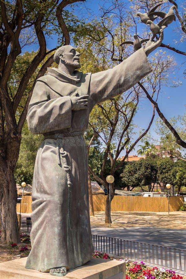 St Francis av den Assissi statyn arkivbilder