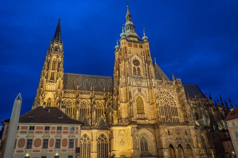St gótico Vitus Cathedral en Praga, vista nocturna de St gótico Vitus Cathedral en Praga, República Checa imagenes de archivo