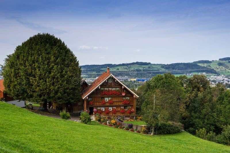 St. Gallen Bridge Trail, Berge und Spitzen gestalten Hintergrund, natürliche Umwelt landschaftlich stockfotografie