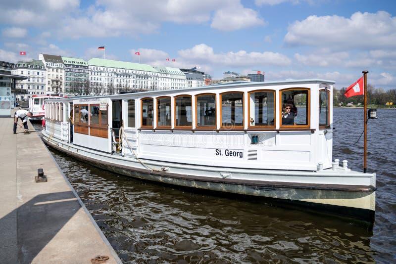 St Georg de vapeur sur l'Alster intérieur à Hambourg, Allemagne photos stock