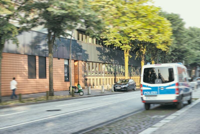 St Georg przestępstwa Hamburskiej polici drzew uliczny samochód dostawczy obrazy stock