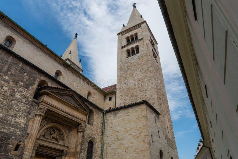 St George Basilica, Prague, Tjeckien, sidosikt royaltyfria bilder