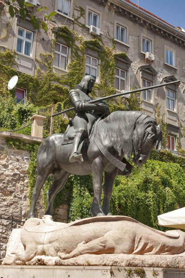 St George et la statue de dragon à Zagreb images stock