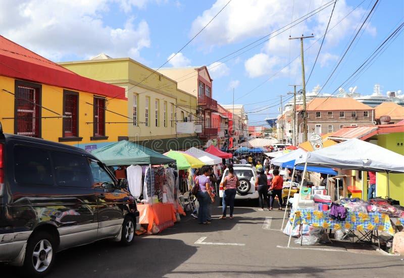 St George, Grenada - 12/15/17: Straatventers die hun koopwaar op de straten van St George, de hoofdstad verkopen van Grenad royalty-vrije stock foto