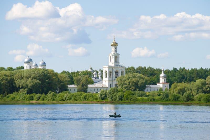 St George klooster op de banken van de Volkhov-rivier op een de zomerdag Omgeving van Veliky Novgorod, Rusland royalty-vrije stock foto's