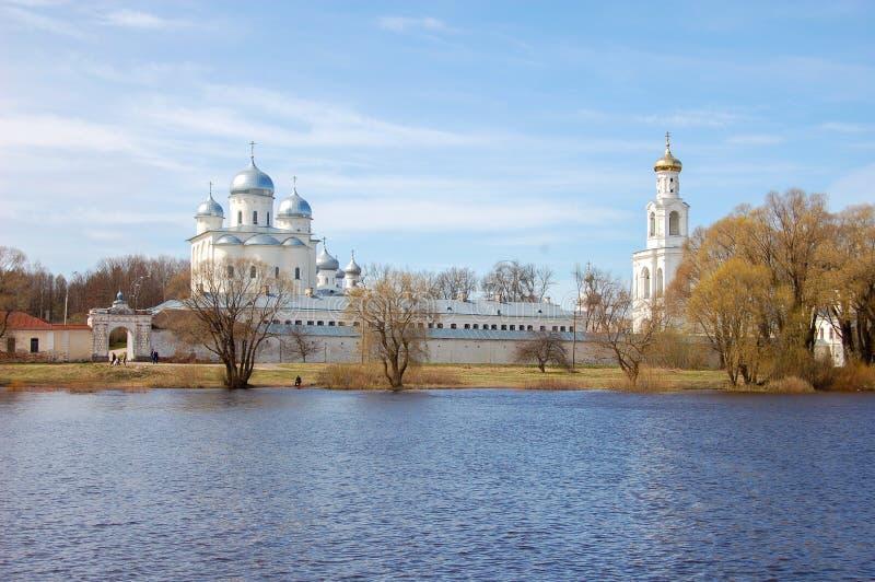 St George kloster i Novgorod, Ryssland, sikt från floden Efter 1030 royaltyfria bilder