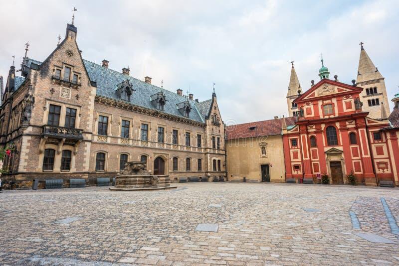 St. George Vierkant in het Kasteel van Praag stock afbeelding