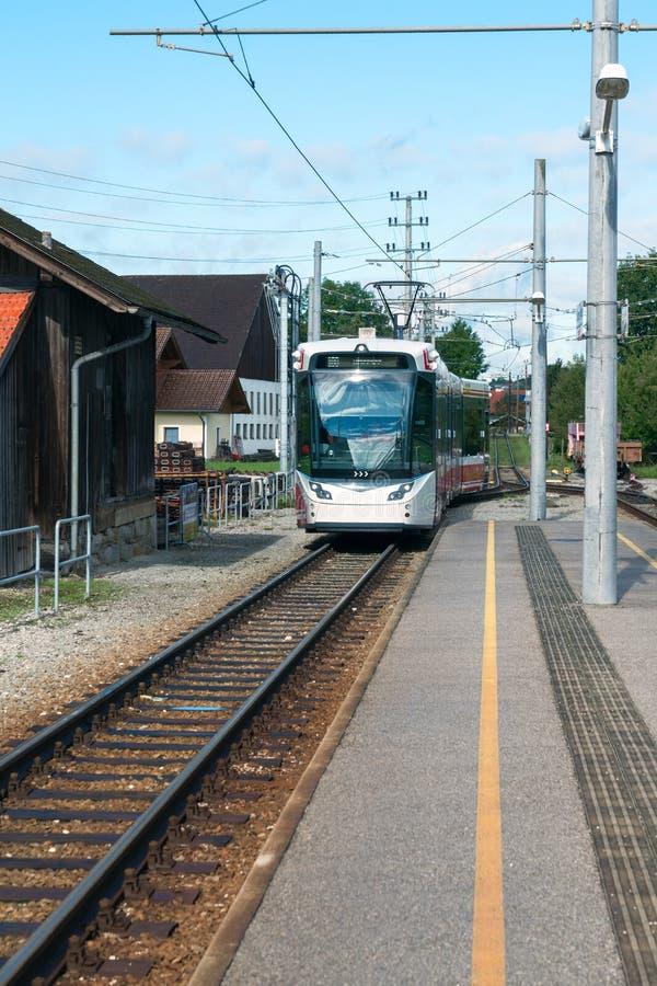 ST GEORGEN,上奥地利/AUSTRIA - 9月18日:电车approac 免版税库存照片