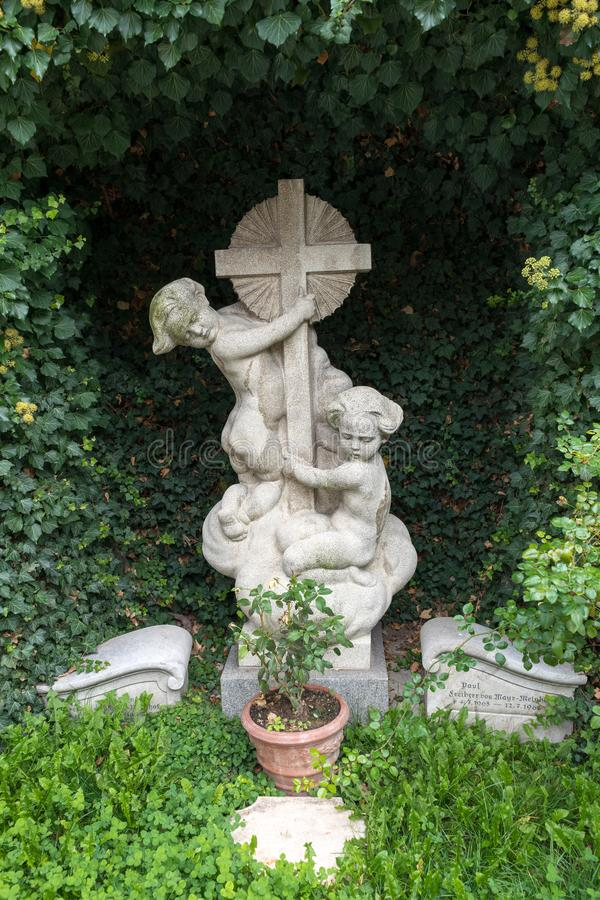 ST GEORGEN, ВЕРХНЯЯ АВСТРИЯ /AUSTRIA - 18-ОЕ СЕНТЯБРЯ: Могильный камень a стоковое фото