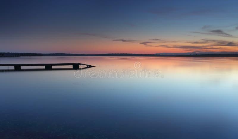 St Georges Basin del embarcadero del punto de la isla en la oscuridad después de la puesta del sol foto de archivo