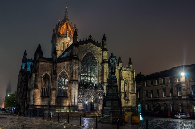St Giles Cathedral på natten i Edinburg royaltyfria foton