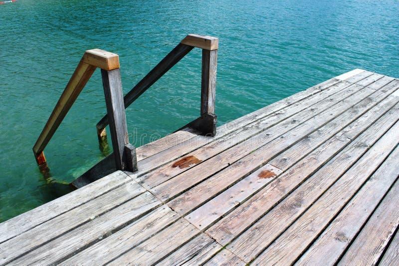 St Gilgen, Австрия: деревянные лестницы в воде стоковые изображения