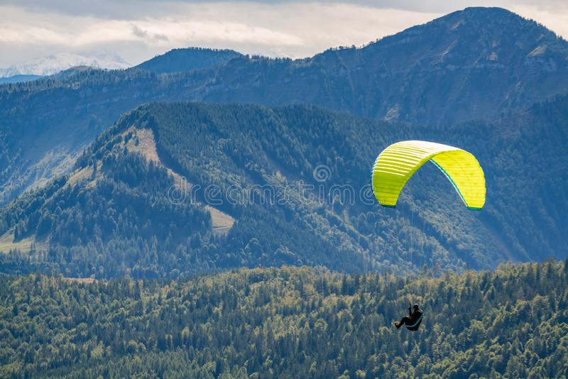 ST GILGEN, SALZBURG/AUSTRIA - SEPTEMBER 15 : Hang-gliding above stock photography