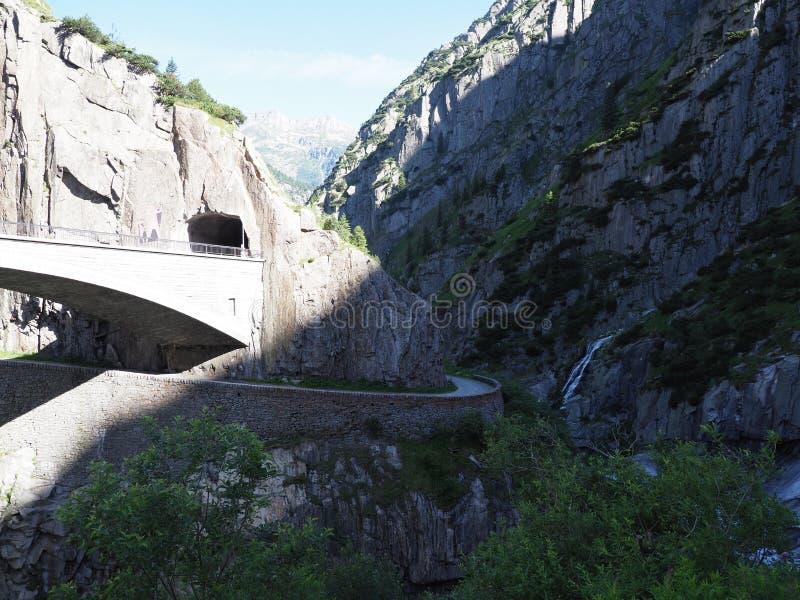 ST Gotthard και Teufelsbruecke, αλπικές οδικές γέφυρα και σήραγγα διαβόλων ` s πέρα από τον ποταμό Reuss κοντά στην πόλη Andermat στοκ φωτογραφία
