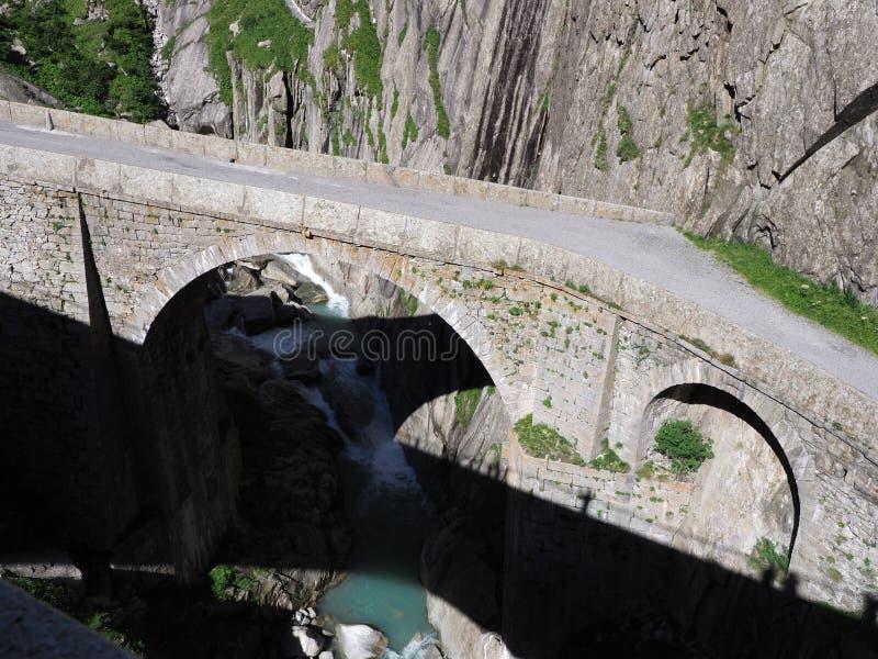 St Gotthard Teufelsbruecke, ponte alpina da estrada do ` s do diabo sobre o rio de Reuss perto da cidade de Andermatt em Suíça foto de stock royalty free