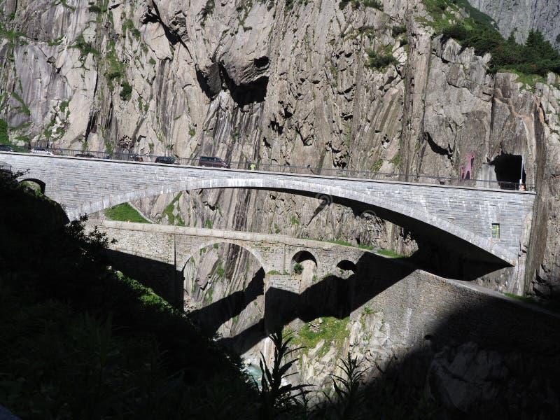 St Gotthard y Teufelsbruecke, puente alpino y túnel del camino del ` s del diablo sobre el río de Reuss cerca de la ciudad de And fotos de archivo