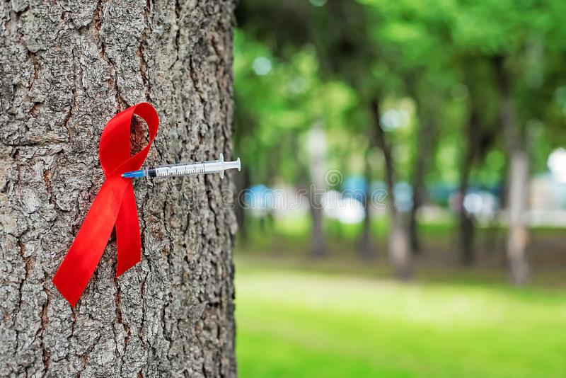 1st Grudzień, świat Pomaga dnia pojęcie z błyszczącą czerwoną tasiemkową świadomością fotografia stock