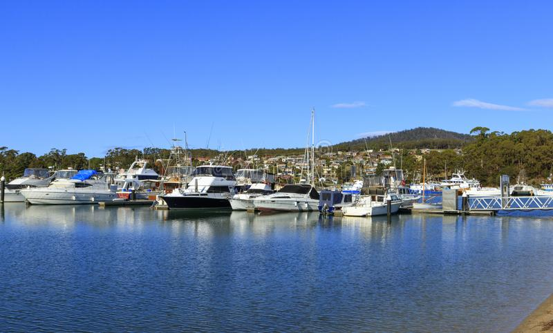 St. Helens Jachthafen mit Stadt im Hintergrund stockbilder