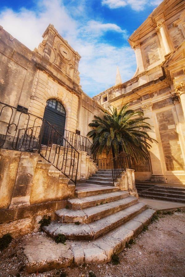 St Ignatius Church e prédio da escola alto, Dubrovnik imagens de stock royalty free