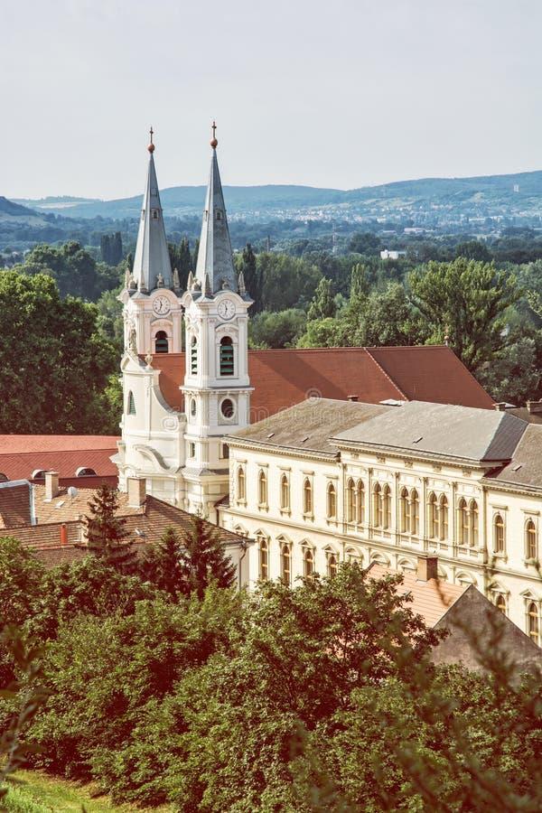 St Ignatius kyrktar, sikten från den Esztergom basilikan, Ungern royaltyfri fotografi