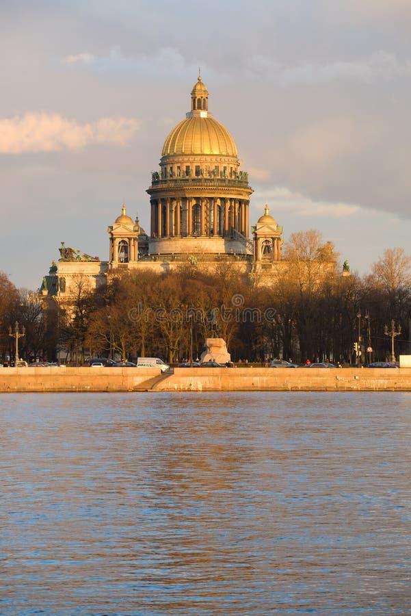 St Isaac& x27 ; cathédrale de s dans les rayons du coucher de soleil Vue du remblai d'Amirauté St Petersburg images stock