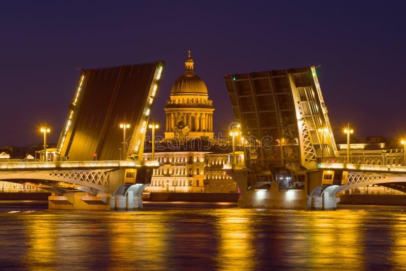 St. Isaac Cathedral in der Ausrichtung der gesegneten Ankündigungsbrücke in der Mai-Nacht Russland, St Petersburg stockfotografie