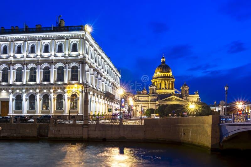 St Isaac katedra i Moyka rzeka przy nocą, Świątobliwy Petersburg, Rosja zdjęcia royalty free