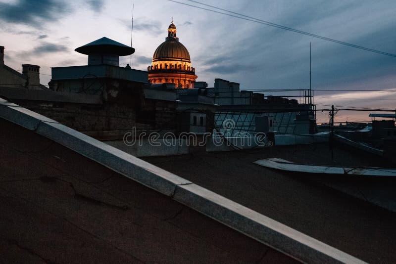 St Isaac Kathedraal in St. Petersburg, mening van het dak van de stad bij zonsondergang stock foto