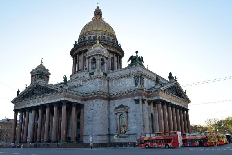 St Isaac& x27; s大教堂和游人游览车公共汽车 免版税库存照片