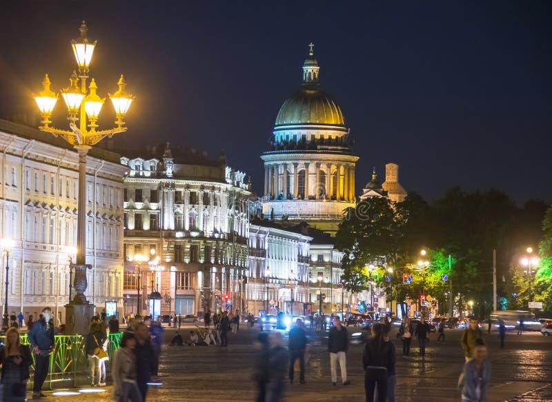 St Isaac ` s de Kathedraal en het Paleis regelen bij de zomernacht, St. Petersburg, Rusland royalty-vrije stock afbeeldingen