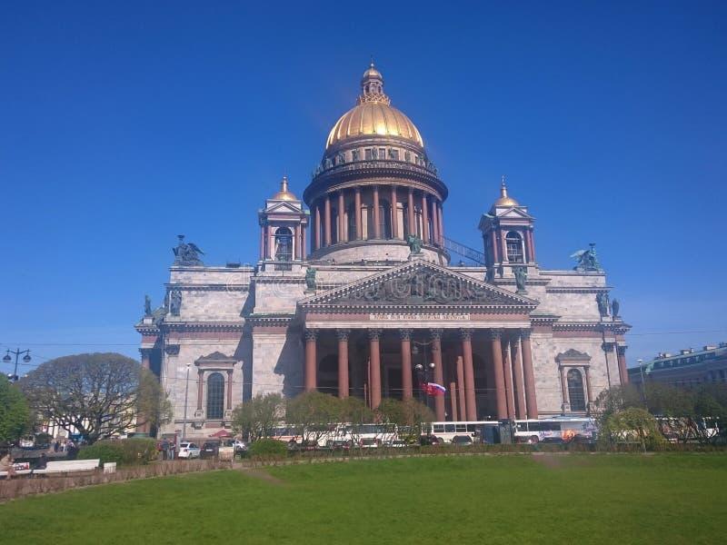 St Isaac& x27; s-domkyrka i St Petersburg, Ryssland, klar dag arkivbilder