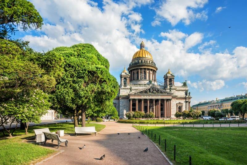 St Isaac ` s katedra na jaskrawym pogodnym ranku zdjęcie royalty free