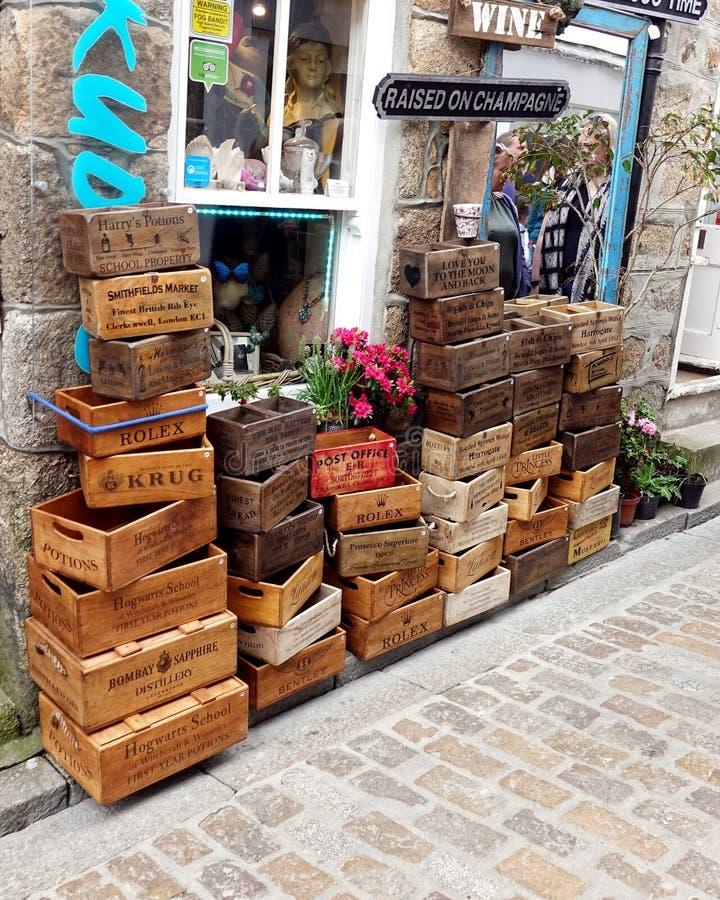 St Ives, Cornualha, Reino Unido - 13 de abril de 2018: Grande seleção do novelt fotos de stock