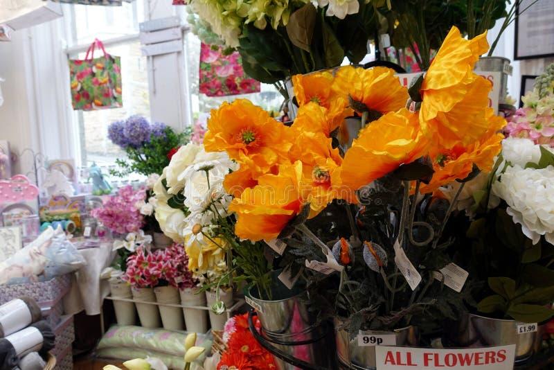 St Ives, Cornualha, Reino Unido - 13 de abril de 2018: Homeware colorido e artigos decorativos para a venda em prateleiras em uma fotografia de stock